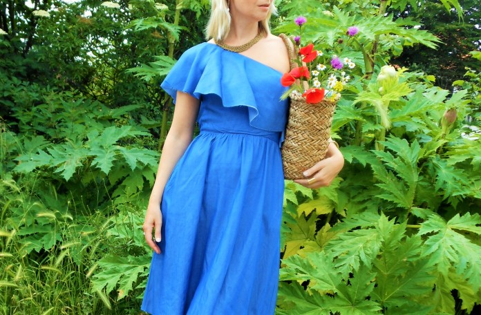 ruffle dress blogger