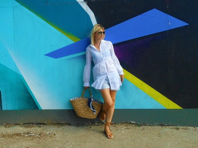 grafitti wal fashion blogger, white long blouse blogger
