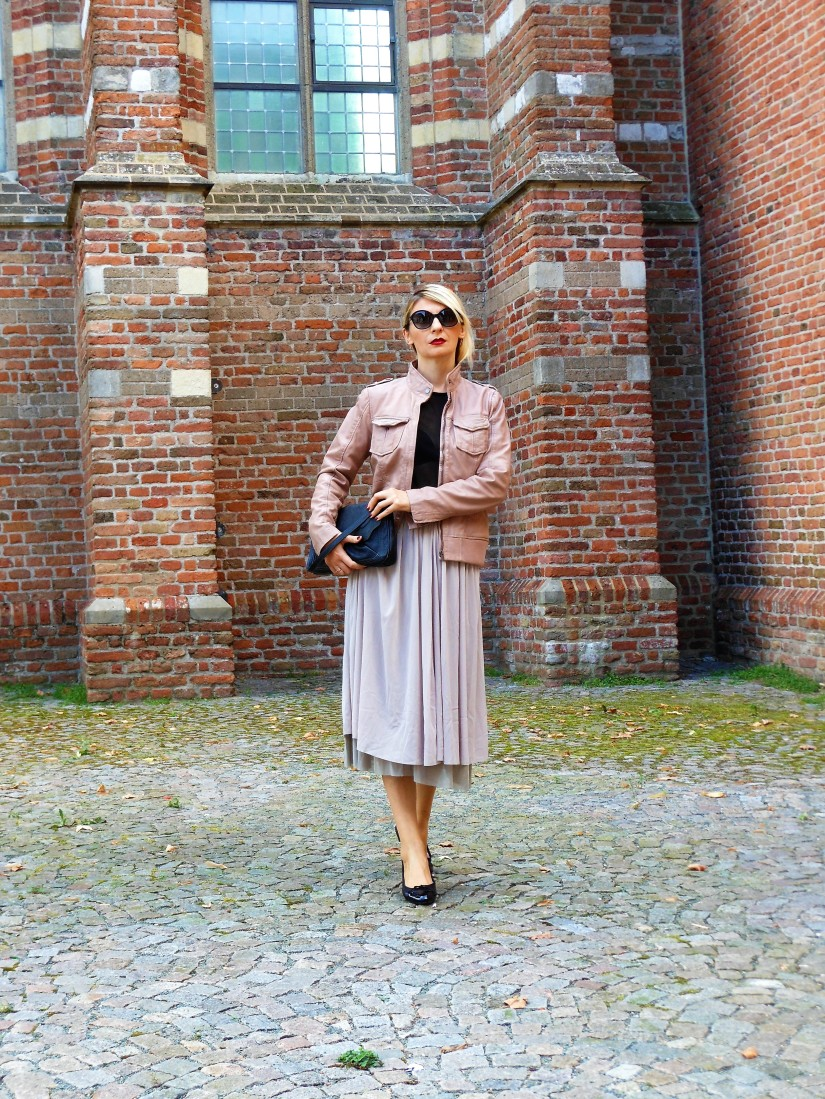 how to style beige leather jacket, how to wear beige leather jacket