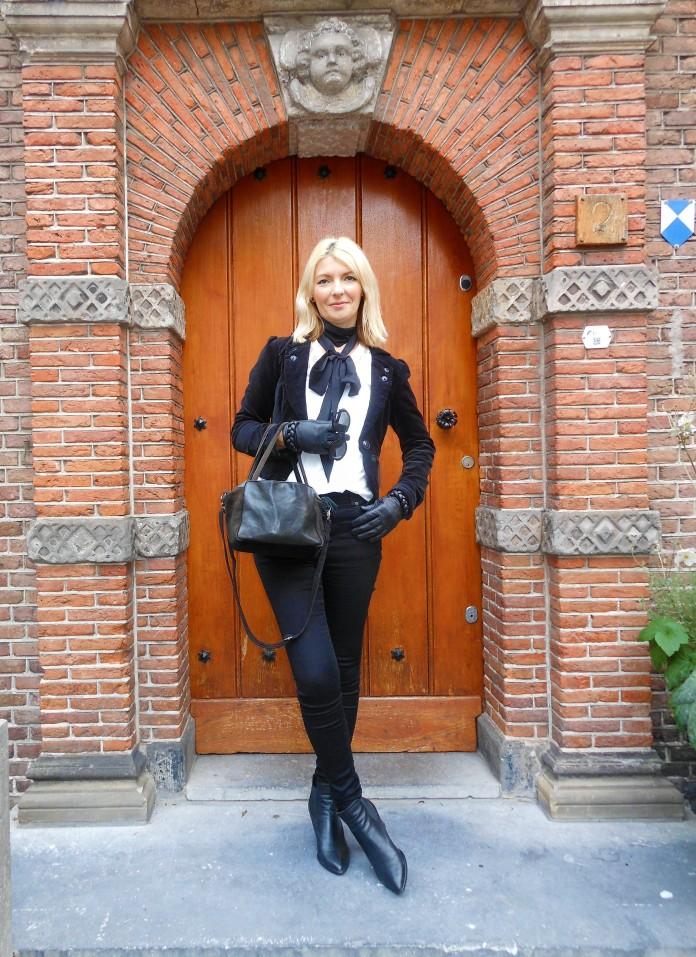 all black blogger, how to wear black blogger, all black fashion, black leather gloves blogger, black leather gloves