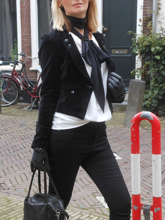 how to wear black and white, how to wear velvet, how to wear velvet jacket, how to wear velvet jacket blogger